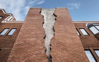 """La facciata """"strappata"""" di Alex Chinneck"""